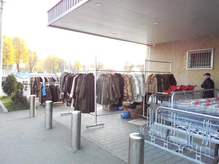 Ce caută taraba cu haine de blană la Kaufland?