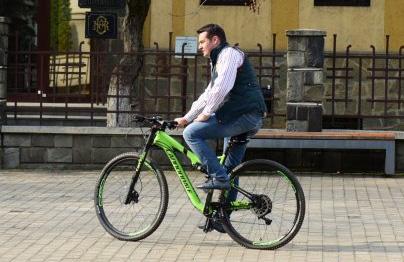 NESIMȚIRE: primarul se plimbă cu o bicicletă de 3000 de dolari într-un oraș în care nu există niciun metru de pistă pentru bicicliști