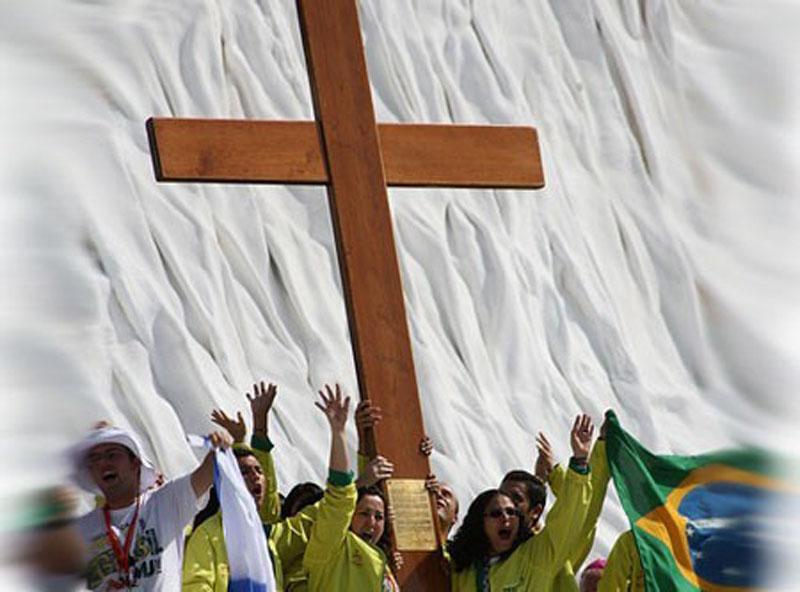 Crucea Tineretului, sfintita de Papa Ioan Paul al II-lea, ajunge astazi in Baia Mare