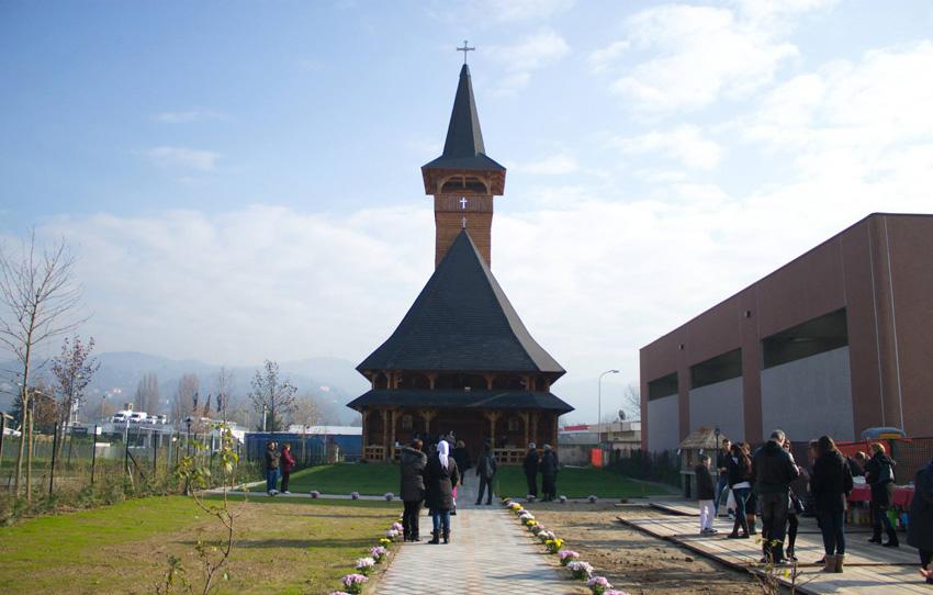O echipă de meșteri maramureșeni a construit prima biserică românească, din lemn, în Italia