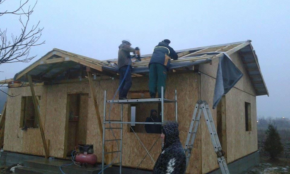O echipă de meșteri băimăreni construiește case călduroase și ieftine în toată țara