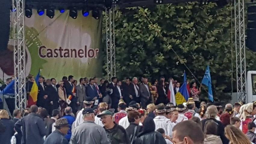 Scena de la Castane, invadată de politruci, la deschiderea evenimentului. Foto: Sorin Orzac.